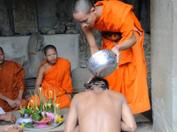 cerimonia budista dentro de angkor wat