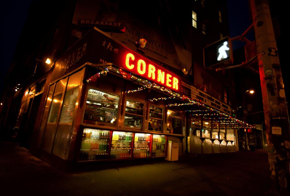 Crédito foto: http://nythroughthelens.com/post/16480618572/la-esquina-corner-deli-at-night-soho-new-york