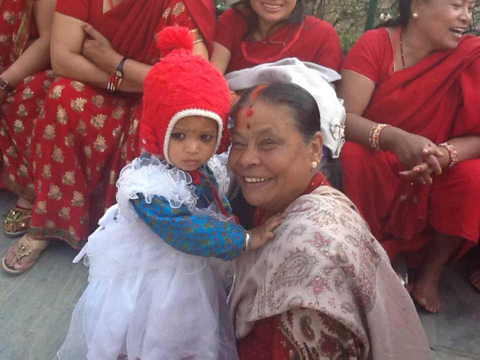 Bebês e meninas nepalesas, consideradas muito bonitas, têm os olhos pintados por suas mães. Segundo a tradição, a maquiagem afasta o mau agouro.