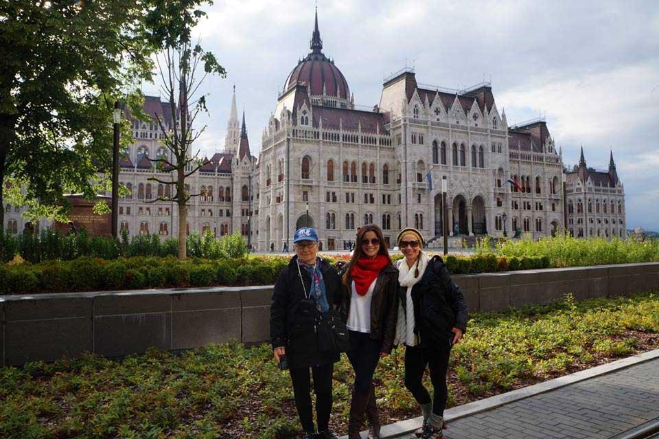 Com minha avó e minha mãe, em frente ao Parlamento
