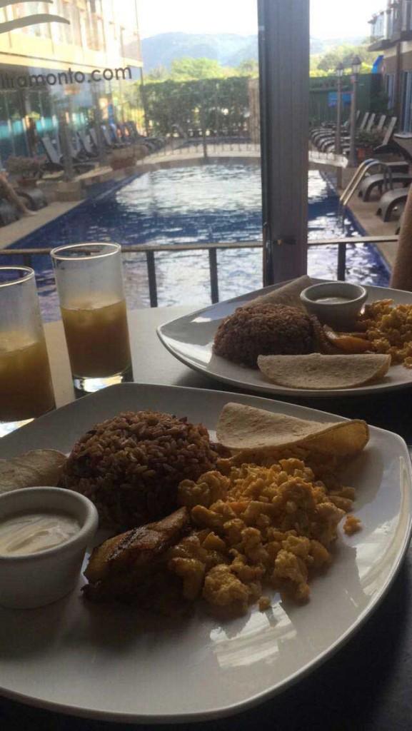 Café da manhã tradicional no hotel