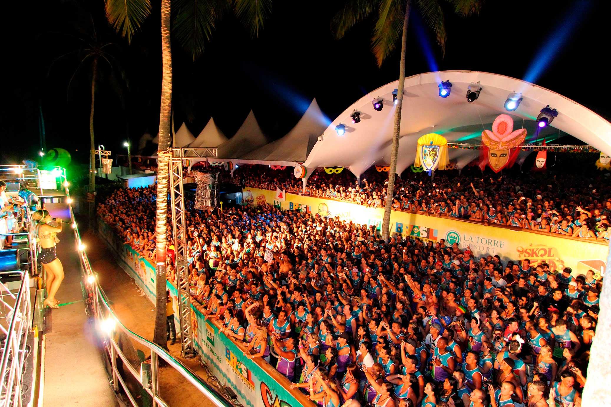 Salvador/ Crédito foto: http://www.guiagerais.com.br/noticias/michel-telo-e-feras-da-musica-baiana-agitam-carnaporto-2012/