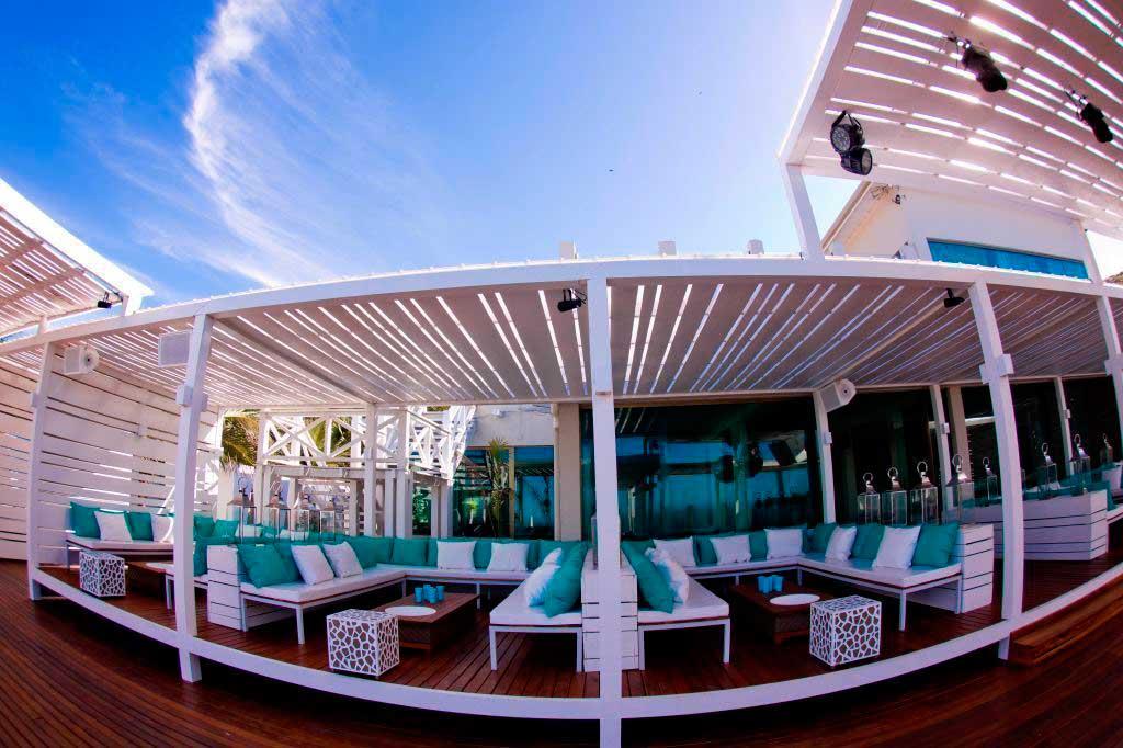 Crédito foto: http://www.annaramalho.com.br/news/agenda/57857-aniversario-de-um-ano-do-silk-beach-club-em-buzios.html