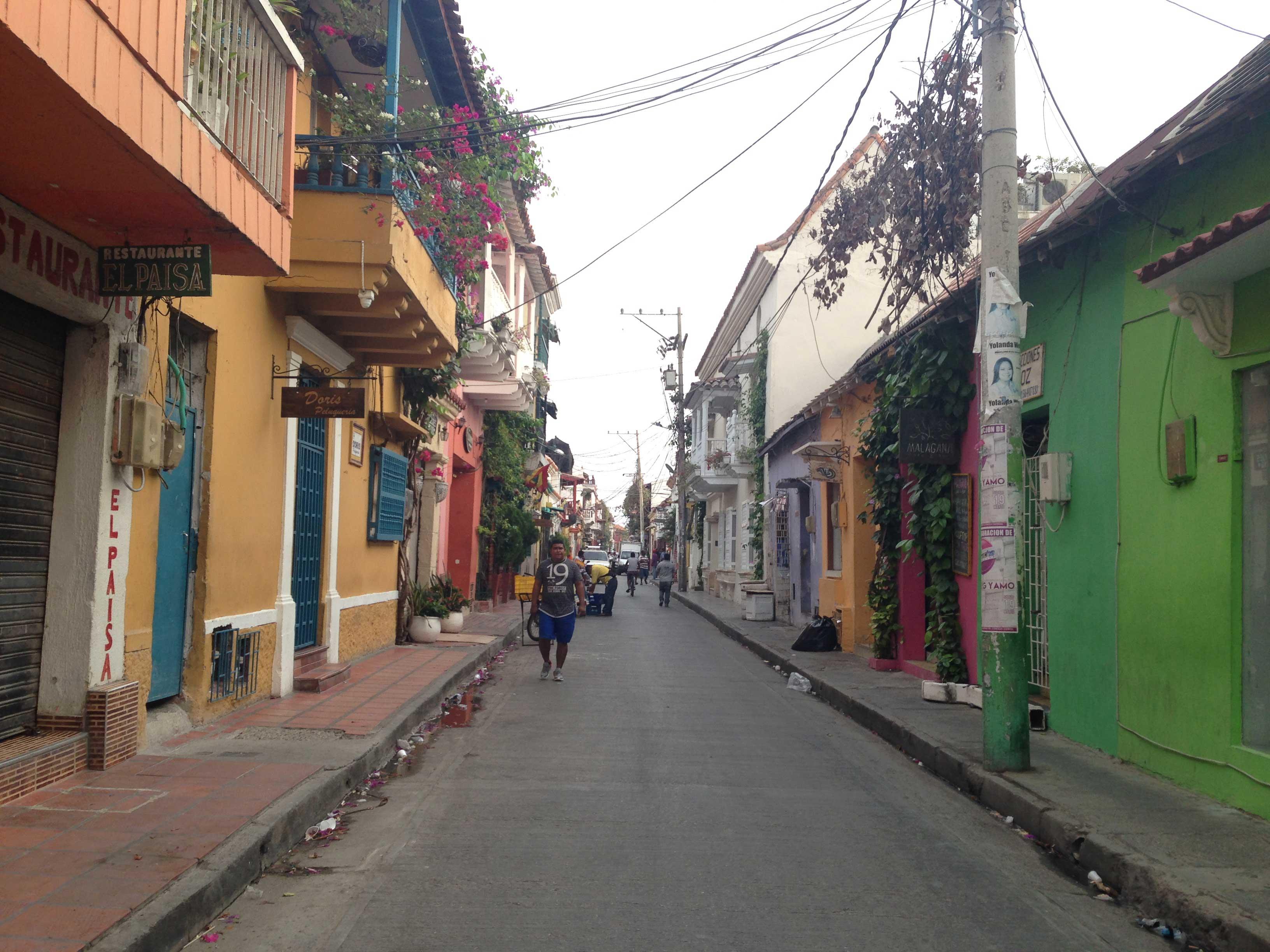 Rua do nosso hostel, cheia de casinhas coloridas