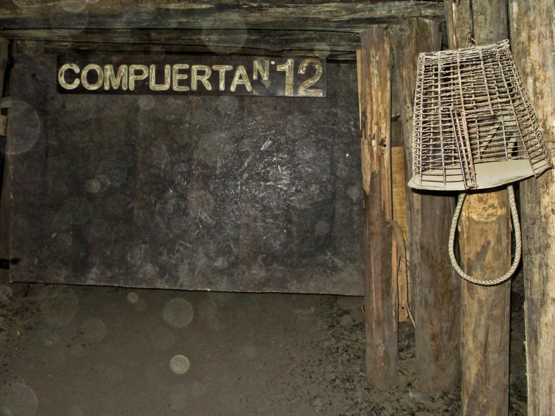 Mina de carvão. A gaiola era usada para alertar evacuação da mina. O pássaro morria devido à exalação do gás metano