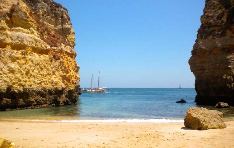 Crédito foto: https://lagos.algarvetouristguide.com/beaches/praia-dos-pinheiros