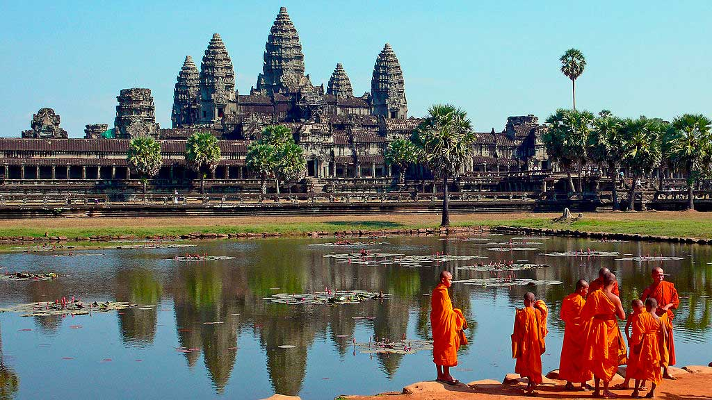 Angkot Wat, Camboja/ Crédito foto: https://pt.wikipedia.org/wiki/Angkor_Wat#/media/File:Buddhist_monks_in_front_of_the_Angkor_Wat.jpg