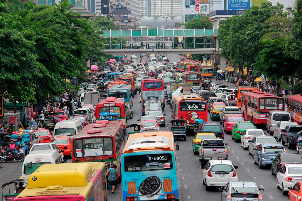 Trânsito em Bangkok/ Crédito foto: https://migrationology.com/photo-colorful-traffic-jam-in-bangkok/