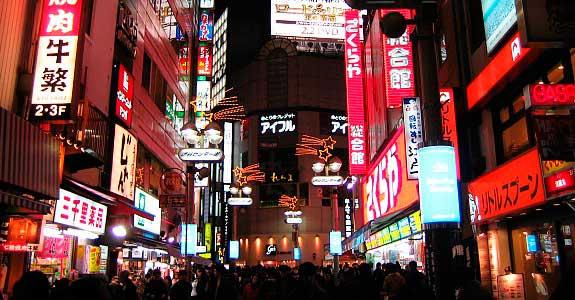 Estação à noite/ Crédito foto: http://www.japan-guide.com/e/e3019.html